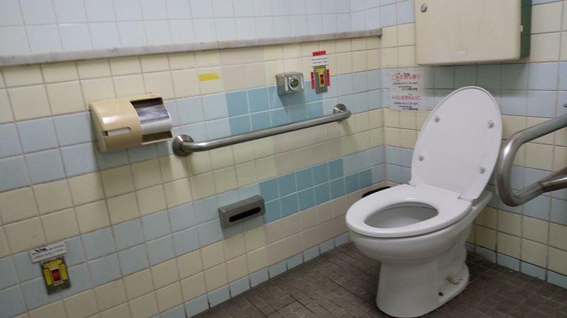 トイレットペーパーがとても遠いトイレ