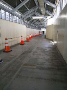 赤いパイロンの続くバラックのトンネル